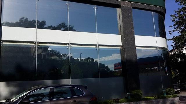 Phim dán kính tối màu phủ lên cho tòa nhà một màu đen sang trọng