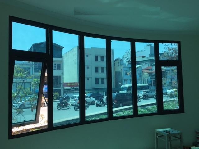 Giấy dán chống nắng P4 khiến không gian ngập tràn trong sắc xanh mát dịu.