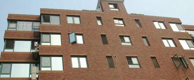Giấy dán chống nắng P2 được dán ở mặt ngoài kính, đem đến hiệu quả chống nóng và giá trịnh thẩm mỹ cao cho công trình.