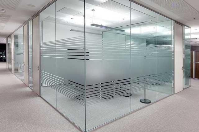 Không gian văn phòng hiện đại rộng rãi hơn và vẫn đảm bảo tính riêng tư cần thiết khi dán decal kính mờ