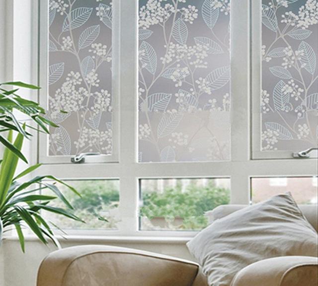 Mẫu decal dán kính với họa tiết hoa văn nhẹ nhàng mang đến vẻ đẹp trang nhã cho cửa sổ