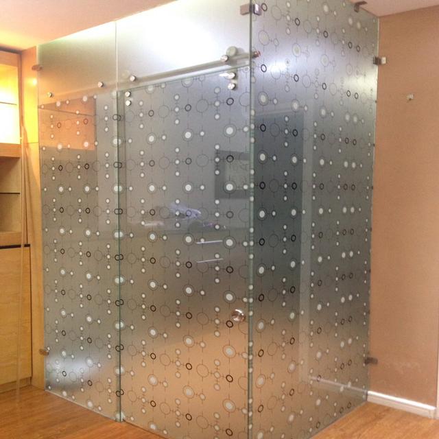 Không chỉ sử dụng cho cửa kính, cửa sổ, decal dán kính còn được dùng trang trí cho cabin tắm. Vừa đẹp mắt lại vừa kín đáo mà không lo bí bách.
