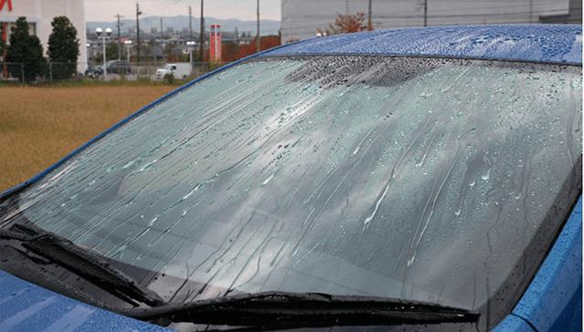 phun nước lên kính ô tô chống nắng